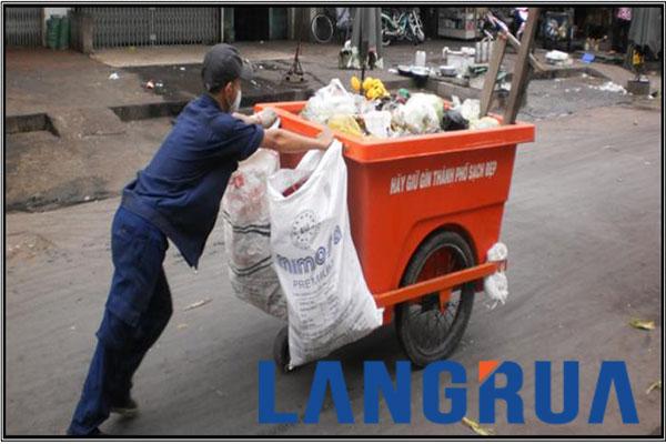 Công nhân thu gom rác bằng xe gom rác ở thành phố Hồ Chí Minh