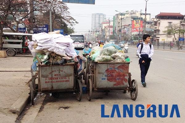 Hình ảnh nhiều xe gom rác tập kết không đúng nơi quy định
