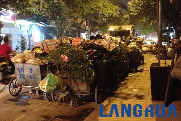 Hình ảnh xe gom rác thu gom rác tại khu vực Nguyễn Xiển, Thanh Xuân, Hà Nội