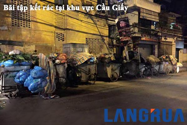 Một điểm tập kết xe gom rác ở khu vực cầu giấy